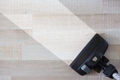 Ménage - vue supérieure de plancher en bois rapide d'aspirateur photographie stock libre de droits