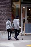 Ménages mariés élégants affectueux mûrs flânant le long de la rue Photos stock