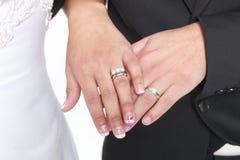 Ménages mariés avec des anneaux et des bandes de mariage Images stock