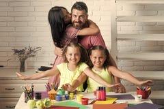 Ménages mariés avec des enfants Amour de famille et concept de soin Photographie stock