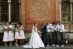 Ménages mariés avec les demoiselles d'honneur et les garçons d'honneur Photos stock