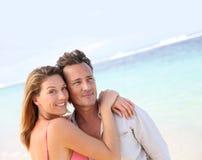Ménages mariés heureusement sur la plage dans les tropiques photo libre de droits