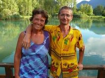 Ménages mariés heureux avec les vêtements colorés photos stock
