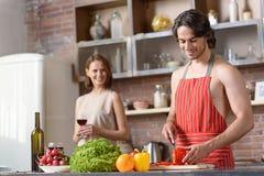 Ménages mariés heureux faisant cuire le dîner romantique Photographie stock