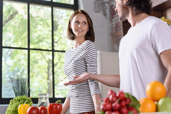 Ménages mariés joyeux faisant cuire la nourriture saine Images stock