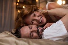 Ménages mariés joyeux proliférant dans le lit Photo libre de droits