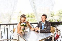 Ménages mariés mignons en café image libre de droits