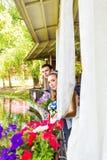 Ménages mariés mignons en café photo libre de droits
