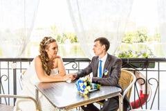 Ménages mariés mignons en café image stock