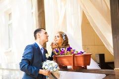 Ménages mariés mignons en café Tendresse pure photographie stock libre de droits
