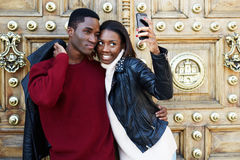 Ménages mariés nouvellement heureux hamming et photographié au téléphone Photos stock