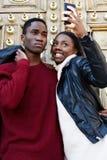 Ménages mariés nouvellement heureux hamming et photographié au téléphone Photographie stock libre de droits
