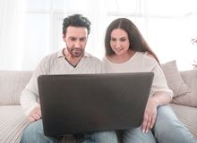 Ménages mariés observant une exposition sur leur ordinateur portable images libres de droits