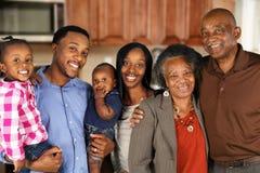 Ménages mariés par aîné avec la famille Image libre de droits