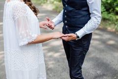 Ménages mariés reculant et tenant des mains Image stock