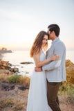 Ménages mariés romantiques embrassant et étreignant sur la plage Images stock