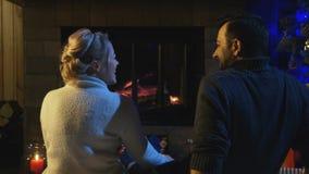 Ménages mariés se reposant devant un feu brûlant Image libre de droits