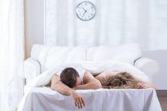 Ménages mariés se situant dans le lit photographie stock libre de droits