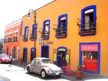 MÉRIDA, MEXIKO am 11. März 2016: Straßenbild mit bunten traditionellen alten Häusern und alten Autos auf Straße in Mérida a stockfoto
