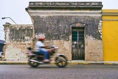 Mérida/Yucatan, Mexiko - 1. Juni 2015: Das Fahrrad, das in Unschärfe sich bewegt Stockbilder