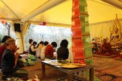 Mérite au temple thaïlandais en Italie image stock