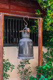 Métal antique Bell accrochant dans le temple de bouddhisme Images libres de droits