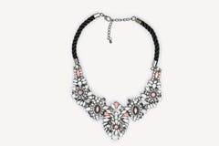 Métal argenté perlé et collier coloré de pierres Photos stock