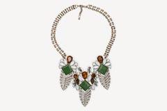 Métal argenté perlé et collier coloré de pierres précieuses Photographie stock libre de droits