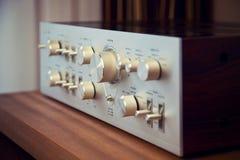 Métal brillant Front Panel Controls d'amplificateur stéréo de vintage Photographie stock