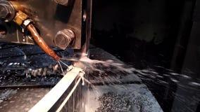 Métal de clip vidéo traitant avec un plan rapproché de burin avec l'écoulement de liquide réfrigérant dans le mouvement len clips vidéos