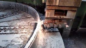 Métal de clip vidéo traitant avec un plan rapproché de burin avec l'écoulement de liquide réfrigérant dans le mouvement len banque de vidéos