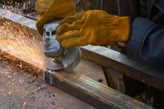 Métal de coupe avec la broyeur Étincelle tout en meulant le fer Photo libre de droits