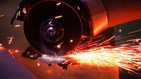 Métal de coupe avec la broyeur de disque avec les étincelles lumineuses Photo stock