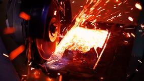 Métal de coupe avec la broyeur de disque avec les étincelles lumineuses Image libre de droits