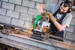 Métal de coupe de travailleur industriel Photos stock