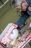Métal de découpage d'ouvrier métallurgiste image stock