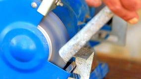 Métal de meulage de travailleur composant sur la broyeur de banc banque de vidéos