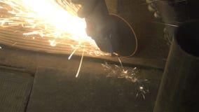 Métal de sawing d'homme par la broyeur, environnement de travail Image stock