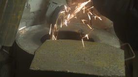 Métal de sawing d'homme par la broyeur, environnement de travail Image libre de droits
