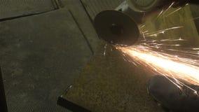 Métal de sawing d'homme par la broyeur, environnement de travail Photographie stock