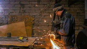 Métal de sawing de forgeron avec la scie circulaire de main image libre de droits