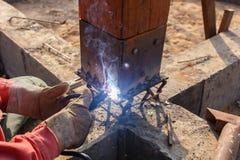 Métal et bois de soudure par l'électrode avec l'arc électrique lumineux Photo libre de droits