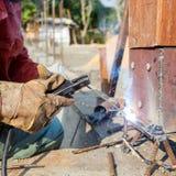 Métal et bois de soudure par l'électrode avec l'arc électrique lumineux Photo stock