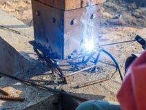 Métal et bois de soudure par l'électrode avec l'arc électrique lumineux Photos stock