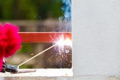 Métal et bois de soudure par l'électrode avec l'arc électrique lumineux Photos libres de droits
