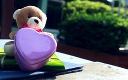 Métal et carnet roses de coeur Photos libres de droits