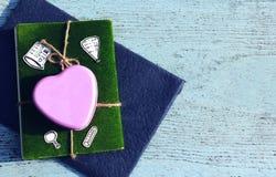 Métal et carnet roses de coeur Image stock