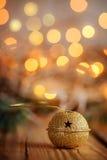 Métal Jingle Bell avec l'étoile sur le Tableau en bois Backgroun de Noël Photos libres de droits
