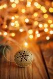 Métal Jingle Bell d'or avec le flocon de neige sur en bois Photos stock
