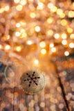 Métal Jingle Bell d'or avec le flocon de neige sur en bois Photo stock
